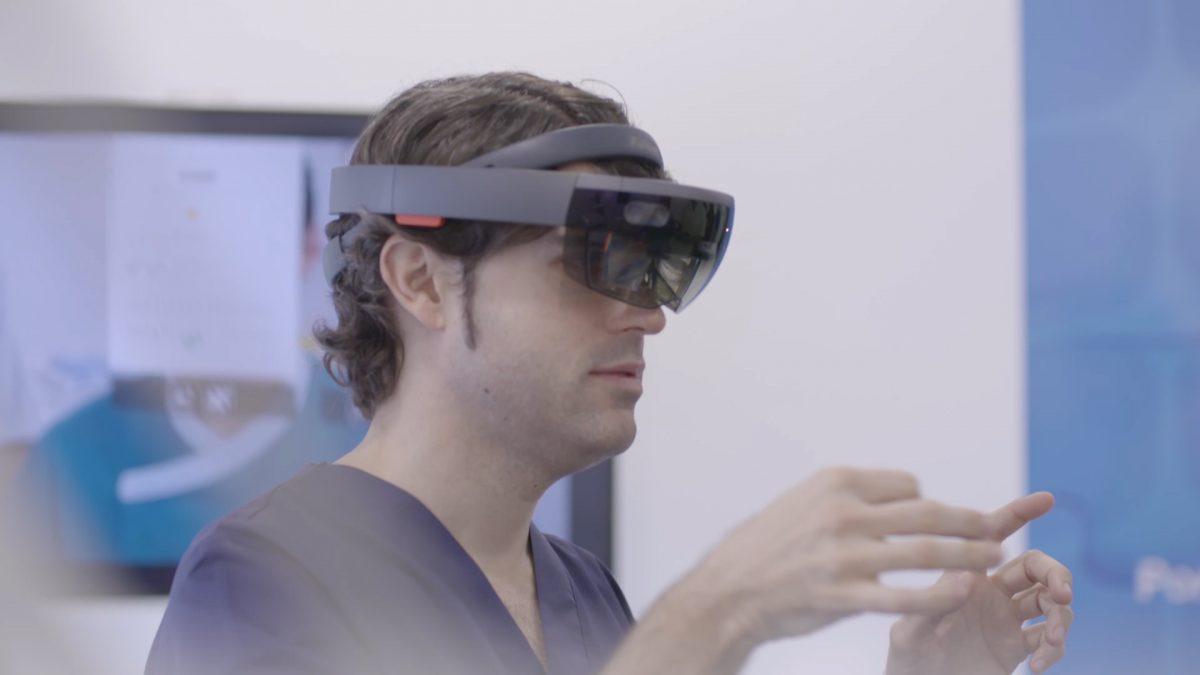 Se realiza la primera intervención odontológica en el mundo con gafas de realidad mixta