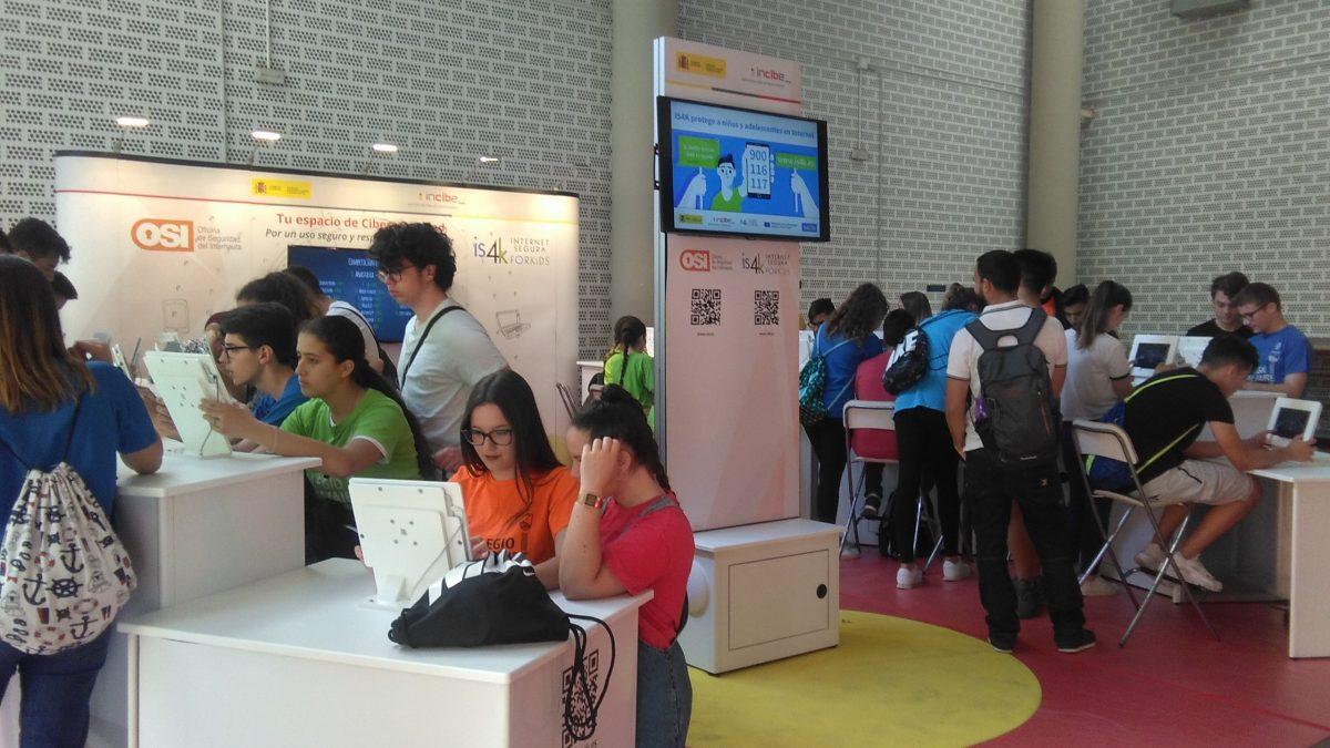 Más de 300 niños han aprendido sobre ciberseguridad en la Feria Andaluza de Tecnología