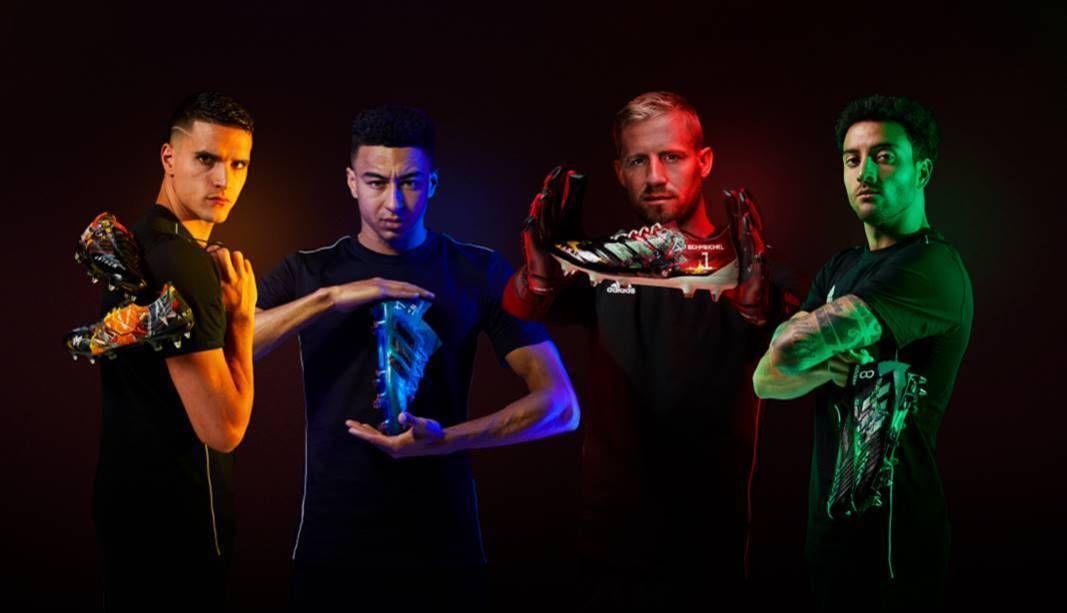 Jugadores de la Premier League corren con las alabardas de Anthem