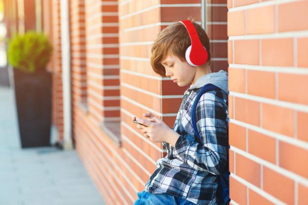 ¿Cómo se regula en mi comunidad el uso del móvil en los colegios?
